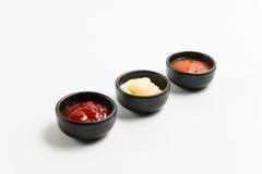 Σάλτσα τρία στο μαύρο κύπελλο Στοκ Εικόνες