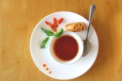 Σάλτσα τσίλι στο άσπρο πιάτο και το ταϊλανδικό λουκάνικο Στοκ εικόνα με δικαίωμα ελεύθερης χρήσης