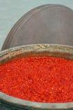 Σάλτσα τσίλι στο μεγάλο βάζο με την κάλυψη βάζων, στο εργοστάσιο σάλτσας τσίλι Στοκ εικόνες με δικαίωμα ελεύθερης χρήσης