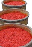 Σάλτσα τσίλι στο μεγάλο βάζο, στο εργοστάσιο σάλτσας τσίλι, που απομονώνεται στο λευκό Στοκ Εικόνες