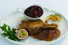 Σάλτσα των βακκίνιων με το ψημένο στη σχάρα κοτόπουλο Στοκ εικόνα με δικαίωμα ελεύθερης χρήσης