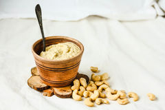 Σάλτσα των δυτικών ανακαρδίων για τη σαλάτα, ακατέργαστο vegan τυρί από τα καρύδια με το nutritio Στοκ Φωτογραφίες