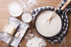 Σάλτσα Bechamel σε ένα τηγάνι και μια οριζόντια τοπ άποψη συστατικών στοκ φωτογραφίες με δικαίωμα ελεύθερης χρήσης