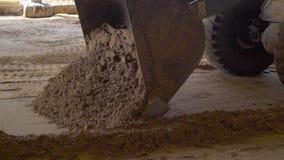 Σέσουλα earthmover που λειτουργεί και που συλλέγει το έδαφος στο εργοτάξιο οικοδομής απόθεμα βίντεο