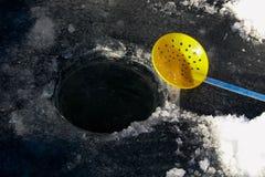 Σέσουλα πάγου εκτός από την πρόσφατα σκαμμένη τρύπα Στοκ Εικόνα