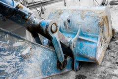 Σέσουλα του φορτωτή κάτω από το μπλε χρώμα κατασκευής Στοκ εικόνες με δικαίωμα ελεύθερης χρήσης