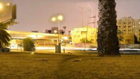 Σήμα κυκλοφορίας με την αστραπή στο νυχτερινό σφάλμα με την κίνηση της κάμερας απόθεμα βίντεο