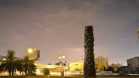 Σήμα κυκλοφορίας με την αστραπή στο νυχτερινό σφάλμα φιλμ μικρού μήκους