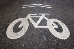 Σήμα παρόδων ποδηλάτων σε μια οδό ασφάλτου ανασκόπηση αστική Στοκ εικόνα με δικαίωμα ελεύθερης χρήσης