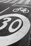Σήμα παρόδων ποδηλάτων σε μια οδό ασφάλτου ανασκόπηση αστική Στοκ φωτογραφία με δικαίωμα ελεύθερης χρήσης