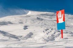 Σήμα στάσεων στο υπόβαθρο των φυσικών λόφων βουνών Στοκ φωτογραφία με δικαίωμα ελεύθερης χρήσης