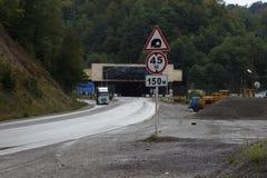 Σήραγγα αυτοκινήτων στο πέρασμα Το πέρασμα Rikoty: Είναι αυτός ο πιό θεαματικός δρόμος Georgias Στοκ Εικόνες