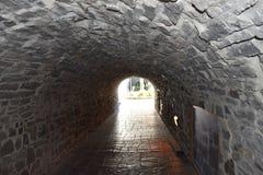 Σήραγγα βράχου μεταξύ των οδών Στοκ εικόνες με δικαίωμα ελεύθερης χρήσης