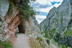 Σήραγγα βράχου στις προσοχές που πραγματοποιούν οδοιπορικό τη διαδρομή, αστουρίες στοκ εικόνες με δικαίωμα ελεύθερης χρήσης