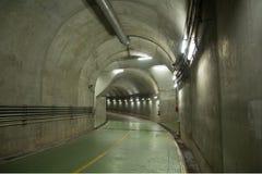 Σήραγγα για τα αυτοκίνητα που τρέχουν στις εγκαταστάσεις παραγωγής ενέργειας Στοκ Φωτογραφία