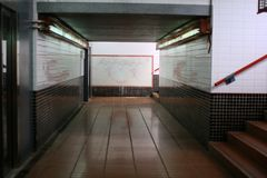 Σήραγγα κάτω από το σταθμό τρένου στοκ εικόνες με δικαίωμα ελεύθερης χρήσης