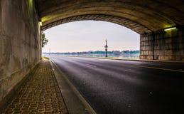 Σήραγγα σε έναν δρόμο κατά μήκος του Potomac ποταμού στην Ουάσιγκτον, συνεχές ρεύμα Στοκ Εικόνες