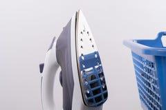 Σίδηρος με το αντανακλαστικό καλάθι πλυντηρίων στοκ εικόνες