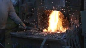 Σίδηρος σφυρηλατημένων κομματιών σιδηρουργών στο εργαστήριο απόθεμα βίντεο