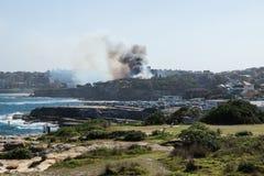 Σίδνεϊ, Αυστραλία - 17 Φεβρουαρίου 2018: Ανεξέλεγκτη δασική φωτιά με το σκοτεινό καπνό στην επιφύλαξη Dunningham στοκ εικόνες