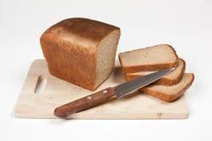 σίκαλη ψωμιού που τεμαχίζ& στοκ φωτογραφίες με δικαίωμα ελεύθερης χρήσης