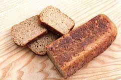 Σίκαλη ψωμιού σε ένα ξύλινο υπόβαθρο r στοκ εικόνες με δικαίωμα ελεύθερης χρήσης