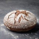 Σίκαλη, ολόκληρο ψωμί σιταριού σε ένα γκρίζο υπόβαθρο πετρών στοκ φωτογραφίες