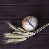 Σίκαλη συγκομιδών και ψημένο υγιές ψωμί Στοκ Εικόνα