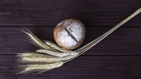 Σίκαλη συγκομιδών και ψημένο υγιές ψωμί Στοκ εικόνες με δικαίωμα ελεύθερης χρήσης