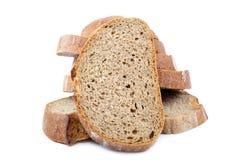 Σίκαλη ψωμιού που τεμαχίζεται σε ένα άσπρο υπόβαθρο Στοκ φωτογραφία με δικαίωμα ελεύθερης χρήσης