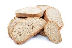 Σίκαλη ψωμιού που τεμαχίζεται σε ένα άσπρο υπόβαθρο Στοκ Εικόνες