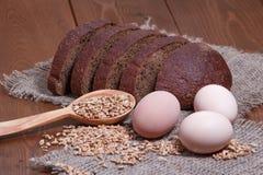 Σίκαλη ψωμιού στο υπόβαθρο της απόλυσης, σιτάρια σίτου, αυγά στοκ εικόνες με δικαίωμα ελεύθερης χρήσης