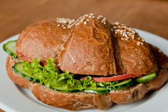 Σίκαλη croissant με το σαλάμι και το φρέσκο αγγούρι στοκ εικόνες με δικαίωμα ελεύθερης χρήσης