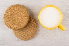 Σίκαλη flatbreads και φλυτζάνι του γάλακτος στον ξύλινο πίνακα στοκ φωτογραφία με δικαίωμα ελεύθερης χρήσης