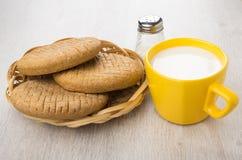 Σίκαλη flatbreads στο ψάθινο καλάθι, το φλυτζάνι του γάλακτος και το άλας στοκ εικόνα με δικαίωμα ελεύθερης χρήσης