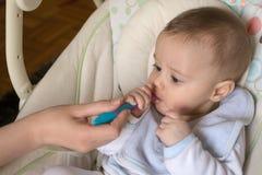Σίτιση ενός πέντε μηνών παλαιού μωρού με ένα κουτάλι Στοκ φωτογραφία με δικαίωμα ελεύθερης χρήσης