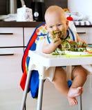 σίτιση στερεό τροφίμων s μωρών πρώτο Στοκ εικόνες με δικαίωμα ελεύθερης χρήσης