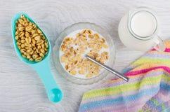 Σίτος με το μέλι και γάλα, κουταλάκι του γλυκού, κανάτα του γάλακτος Στοκ εικόνες με δικαίωμα ελεύθερης χρήσης