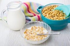 Σίτος με το μέλι και το γάλα, κουταλάκι του γλυκού και κανάτα του γάλακτος Στοκ Εικόνες