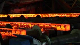 Σίδηρος που πετιέται στο χαλυβουργικό εργοστάσιο απόθεμα βίντεο