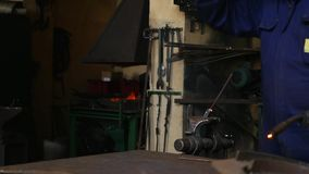 Σίδηρος ύλης συγκολλήσεως στη μηχανή απόθεμα βίντεο