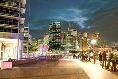 Σίδνεϊ τη νύχτα όπως βλέπει από την κυκλική ανατολή αποβαθρών Στοκ Εικόνα