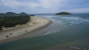 Σαββατοκύριακο, άνθρωποι που απολαμβάνει την παραλία στοκ φωτογραφίες με δικαίωμα ελεύθερης χρήσης