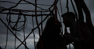 Σαββατοκύριακο στα βουνά, τοπίο φθινοπώρου Η γυναίκα με τη μακριά τρίχα brunette κάθεται στο ξύλινο κλουβί στο βουνό φιλμ μικρού μήκους