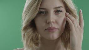 Σαγηνευτικά νέα φλερτ γυναικών με σας ενάντια στην πράσινη οθόνη απόθεμα βίντεο