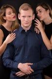 Σαγηνευτικές γυναίκες που βάζουν στον πειρασμό τον όμορφο άνδρα Στοκ Εικόνες