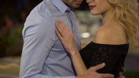 Σαγηνευτική γυναίκα και άνδρας που αγκαλιάζουν και που ο ένας τον άλλον στο πάρκο, αγάπη, ημερομηνία απόθεμα βίντεο