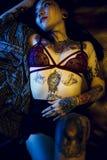 Σαγηνευτική προκλητική έννοια νεολαίας μόδας κοριτσιών εφήβων δερματοστιξιών Στοκ Εικόνες