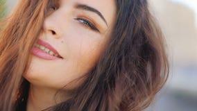 Σαγηνευτικός εύθυμος flirty φαίνεται πορτρέτο γυναικών κοιτάζει απόθεμα βίντεο