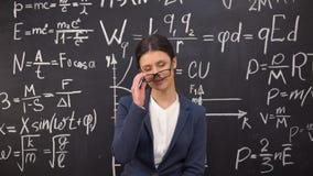 Σαγηνευτικός θηλυκός δάσκαλος που ικανοποιεί με το αποδεδειγμένο θεώρημα που παίρνει τα γυαλιά μακριά, φλερτ απόθεμα βίντεο
